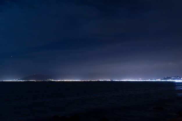 Horizonlijn tussen hemel en oceaan