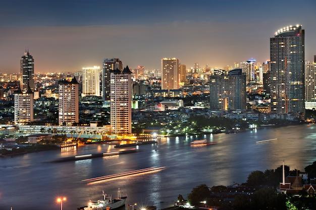 Horizonmening van moderne gebouwen bij chaophaya-rivier, de stad van bangkok van thailand schemering nig