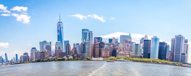Horizonpanorama van het financiële district van de binnenstad en het lagere manhattan in de vis van de de stadv.s. van new york