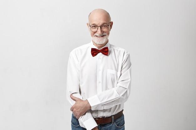 Horizontaal beeld van knappe vrolijke kaukasische oudere volwassen man met kaal hoofd