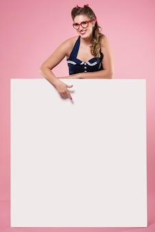 Horizontaal bordje vastgehouden door pin-up vrouw