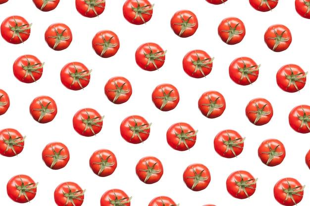Horizontaal creatief patroon van vers geplukte natuurlijke biologische tomaten
