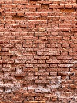 Horizontaal deel van een venetiaanse oude rode bakstenen muur, achtergrond,