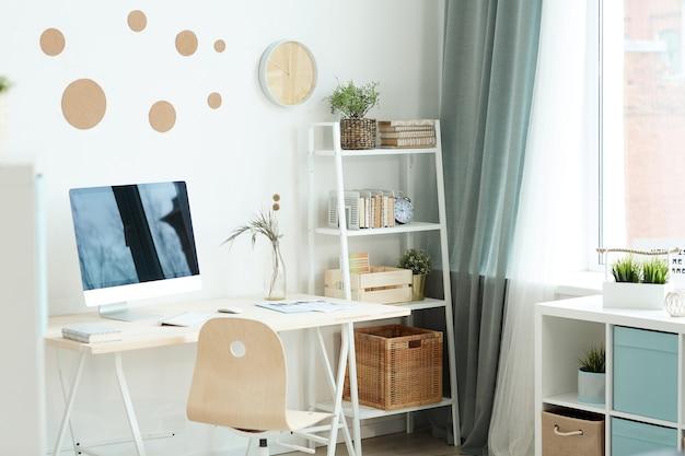 Horizontaal geen mensen die van moderne ruimte met comfortabele werkruimte bij daglicht zijn ontsproten