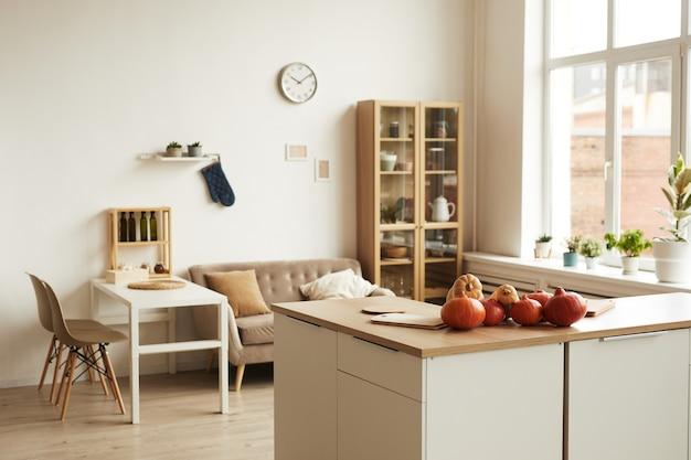 Horizontaal geen mensen schot van modern appartement kamer interieur bij daglicht met rijpe pompoenen liggend op tafel, kopie ruimte