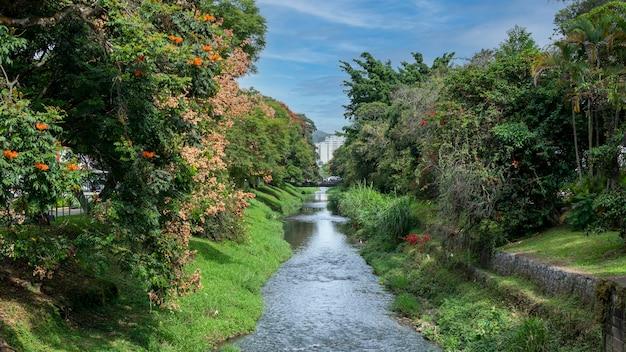 Horizontaal landschap van de lambari-rivier in pocos de caldas