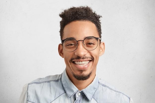 Horizontaal portret van gelukkige mannelijke ondernemer die blij is te slagen