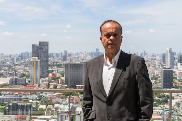 Horizontaal portret van indiase zakenman buitenshuis