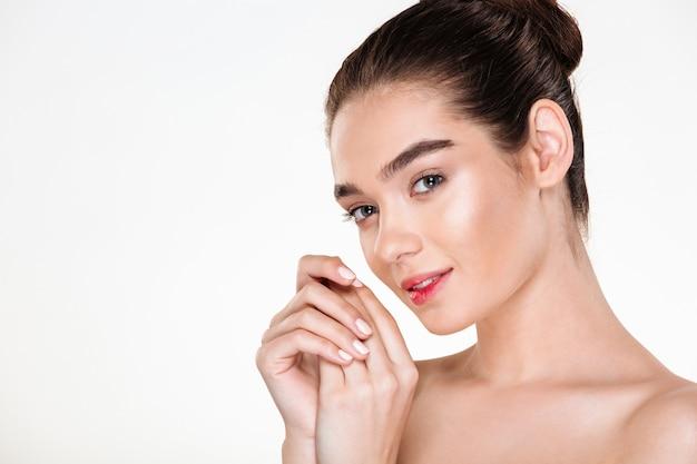 Horizontaal portret van mooie jonge vrouw die het verse huid stellen met handen samen hebben