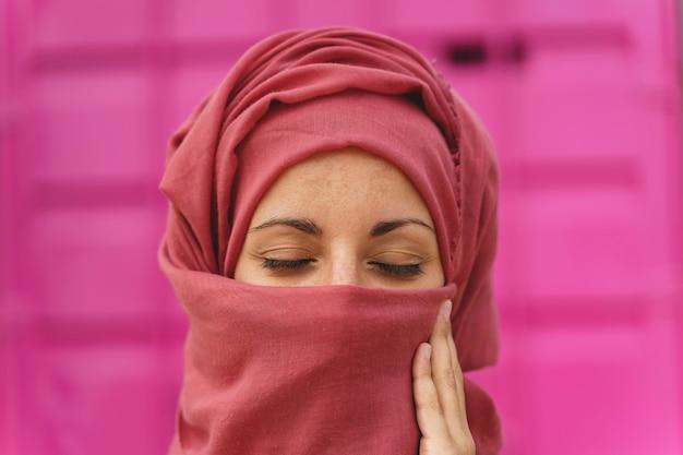 Horizontaal portret van moslimvrouw die hiyab met gesloten ogen draagt. culturele diversiteit en religie.