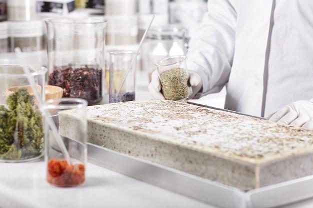 Horizontaal portret van wetenschappelijk werk in laboratorium