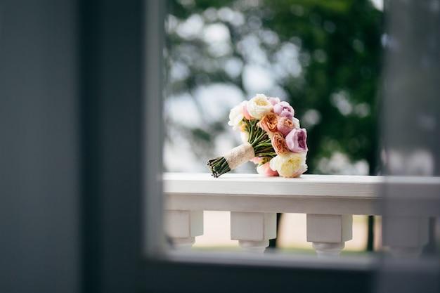 Horizontaal schot van boeket van bloemen op balkon. bruiloft decoratie concept.