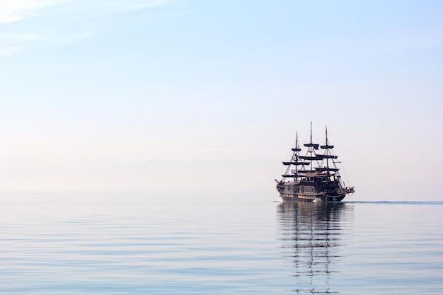 Horizontaal schot van een groot schip dat tijdens daglicht op mooi helder water vaart