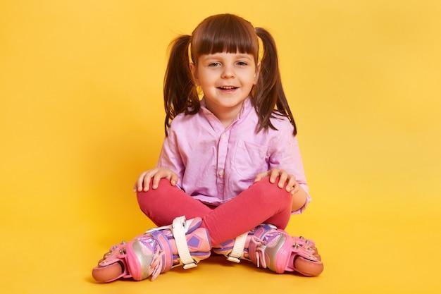 Horizontaal schot van gelukkig glimlachend meisje dat terloops draagt