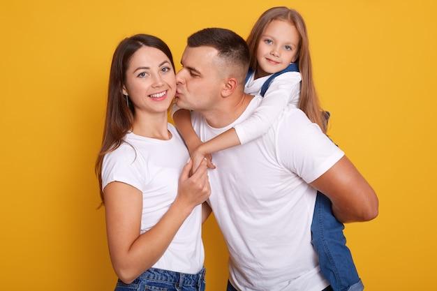 Horizontaal schot van gelukkige jonge familie.
