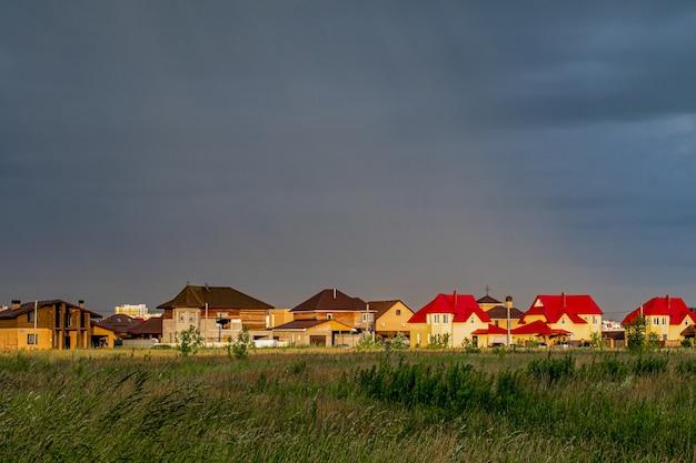 Horizontaal schot van kleurrijke huizen onder een bewolkte hemel