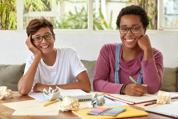 Horizontaal schot van multi-etnische collega ontmoeten elkaar voor het voorbereiden van project, bespreken ideeën van productief wetenschappelijk werk