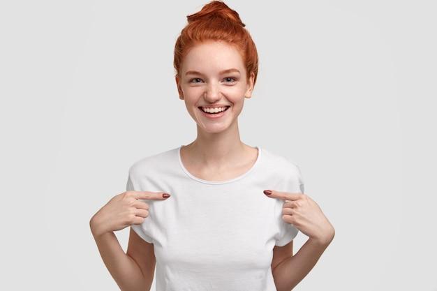 Horizontaal schot van prettig ogende gemberpunten op exemplaarruimte van haar kleren, toont plaats voor promotiemateriaal