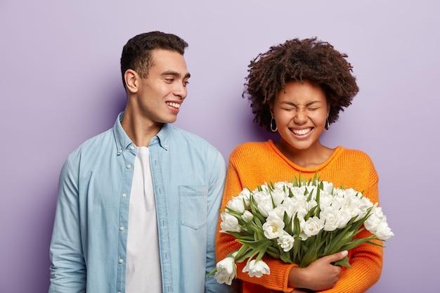 Horizontaal schot van vrolijke vrouw en man tijd samen doorbrengen