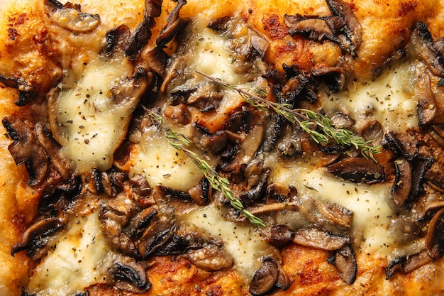 Horizontale close-up gebakken italiaans focaccia brood met paddestoel textuur