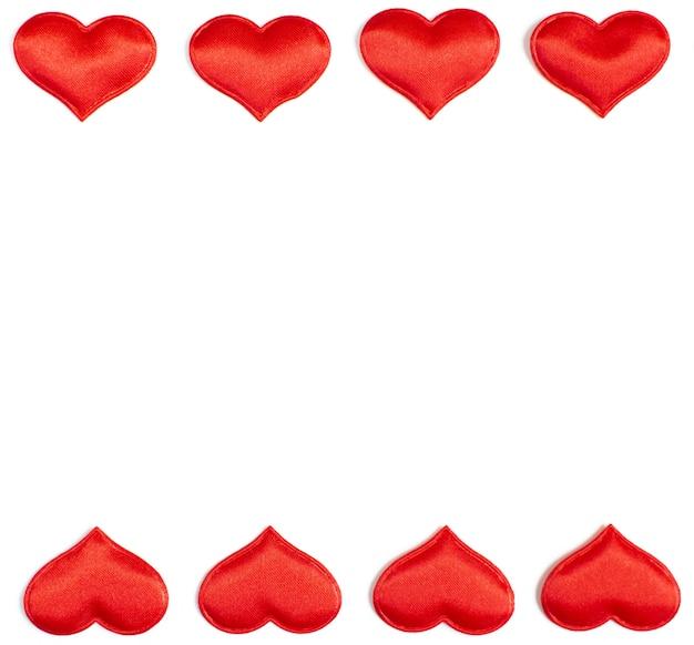 Horizontale frame gemaakt van rode harten geïsoleerd op een witte achtergrond, valentijnsdag concept.