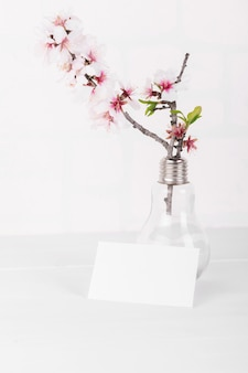 Horizontale lege kaart mockup met bloeiende amandelboomtak