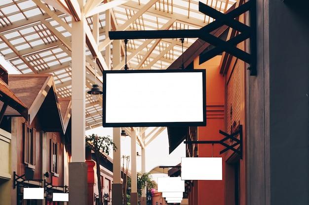 Horizontale lege signage op de voorzijde van de klerenwinkel met exemplaarruimte.