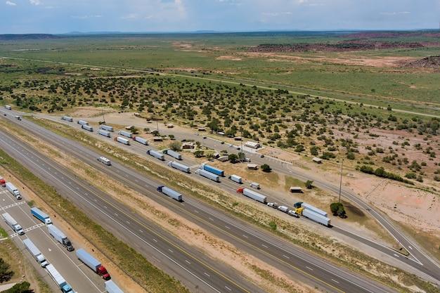 Horizontale luchtfoto van rest truck stop gebied in de buurt van eindeloze snelweg in woestijn arizona