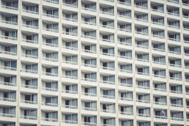 Horizontale opname van balkons van moderne appartementsgebouwen in de stad bij daglicht