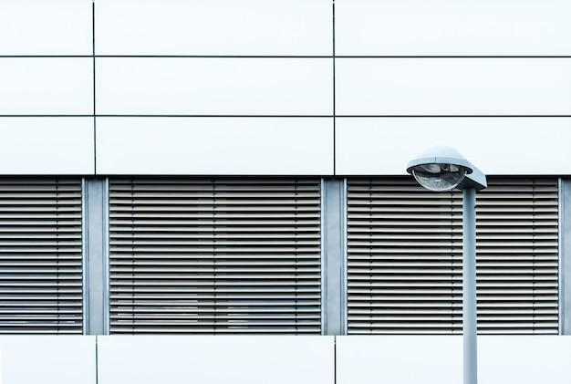 Horizontale opname van de buitenkant van een modern gebouw met luiken, van buitenaf