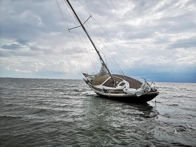 Horizontale opname van een zeilboot in een zandbank op het wangerooge-eiland in noord-duitsland