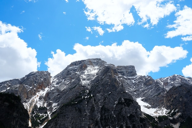 Horizontale opname van het prachtige natuurpark fanes-sennes-prags in zuid-tirol, italië