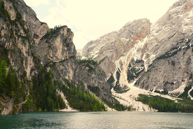 Horizontale opname van het prags-meer in het natuurpark fanes-senns-prags in zuid-tirol, italië