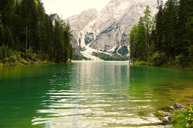 Horizontale opname van het prags-meer in het natuurpark fanes-senns-prags in zuid-tirol