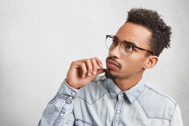 Horizontale portret van zakenman met afro kapsel, baard en snor, draagt een bril