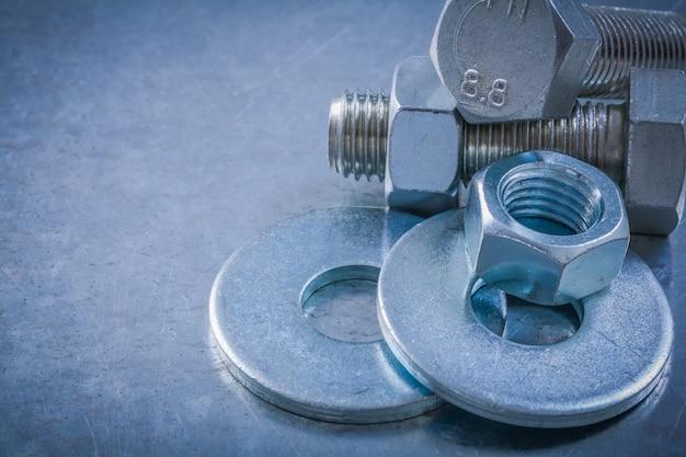 Horizontale vertsion van bout ringen schroef bouten moeren op metalen tafel