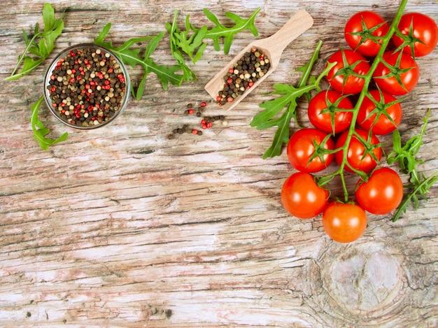 Horizontale voedselbanner met kersentomaten, verse arugula en peperbollen.