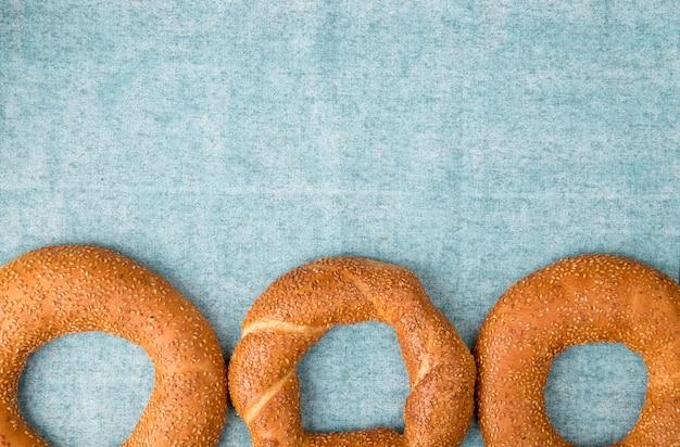 Horizontale weergave van bagels op blauwe achtergrond met kopie ruimte