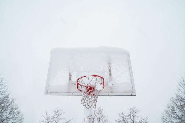 Horizontale weergave van bevroren basketbal buitenshuis.