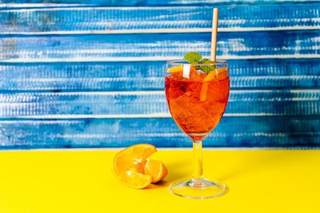 Horizontale weergave van een glas met verfrissende aperol spritz cocktail.