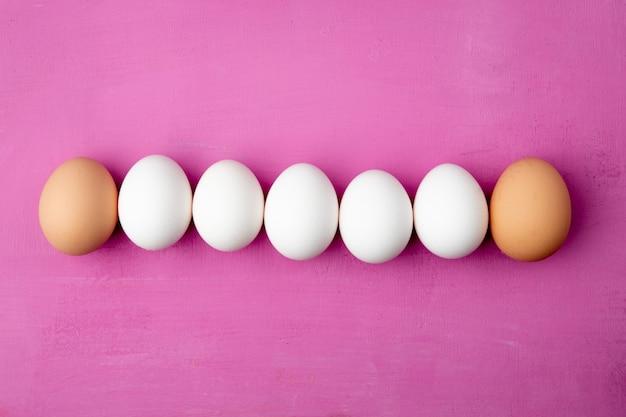 Horizontale weergave van eieren op paarse achtergrond met kopie ruimte