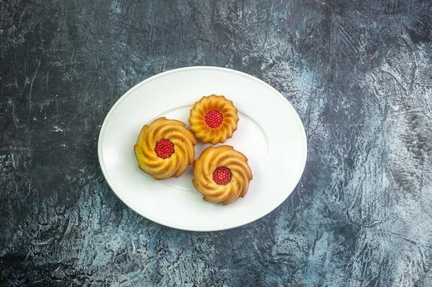Horizontale weergave van heerlijke koekjes op een witte plaat op een donkere ondergrond