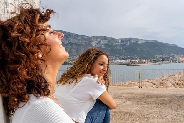 Horizontale weergave van vriendinnen die op zomervakantie gaan. vriendschap en vakantie reizen concept.
