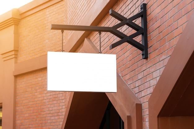 Horizontale zwarte lege signage op de voorkant van de klerenwinkel met exemplaarruimte.