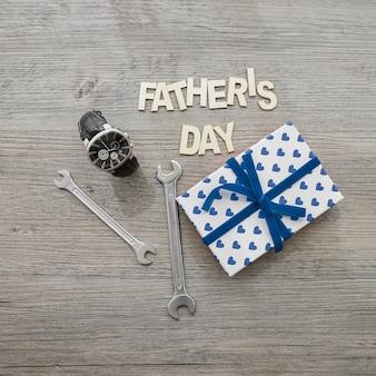 Horloge, cadeau doos en moersleutels voor vaderdag
