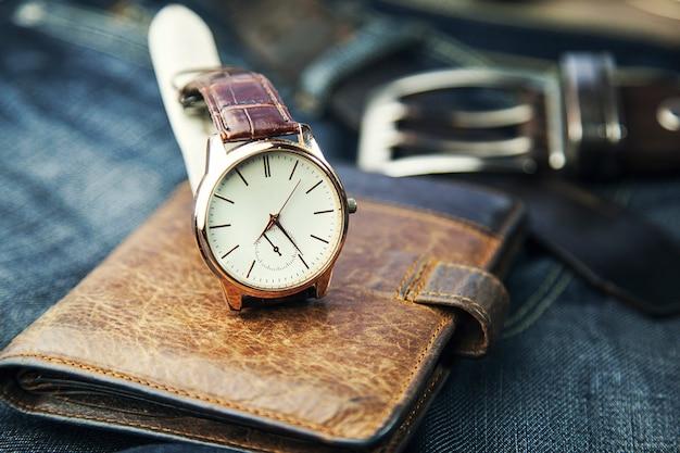 Horloge, portemonnee en spijkerbroek