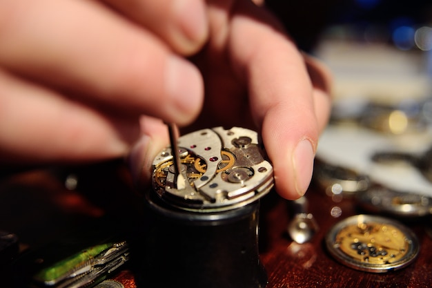 Horlogemaker repareren uurwerk
