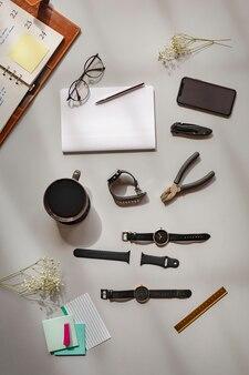 Horloges en een tang op een tafel