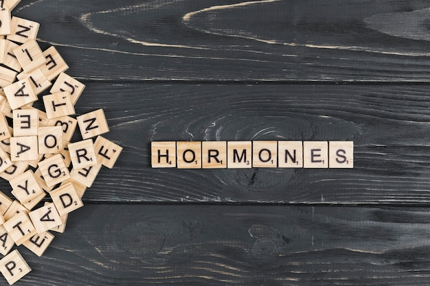 Hormonenwoord op houten achtergrond
