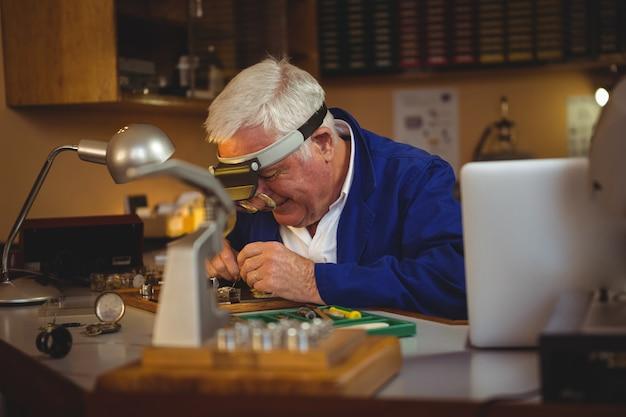 Horoloog repareren van een horloge